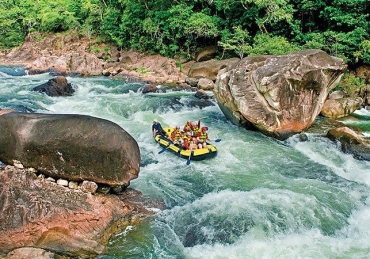 White Water Rafting the Tully River: Great Corporate Bonding
